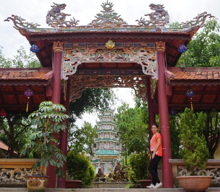 Chính điện ngôi chùa được thiết kế theo lối kiến trúc Á Đông giống như các chùa cổ ở Kinh Thành Huế