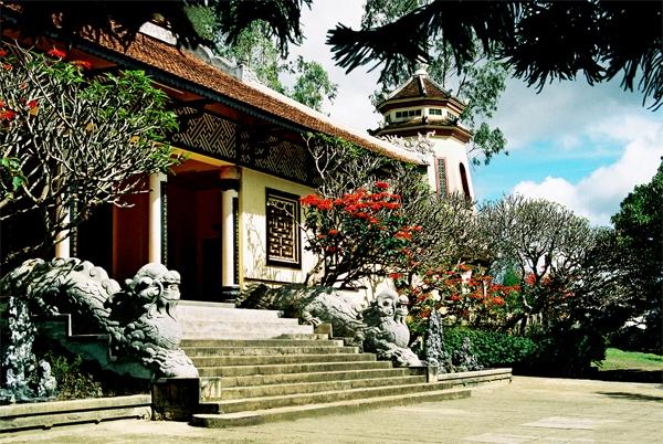 Bên trong khuôn viên chùa Linh Sơn Đà Lạt