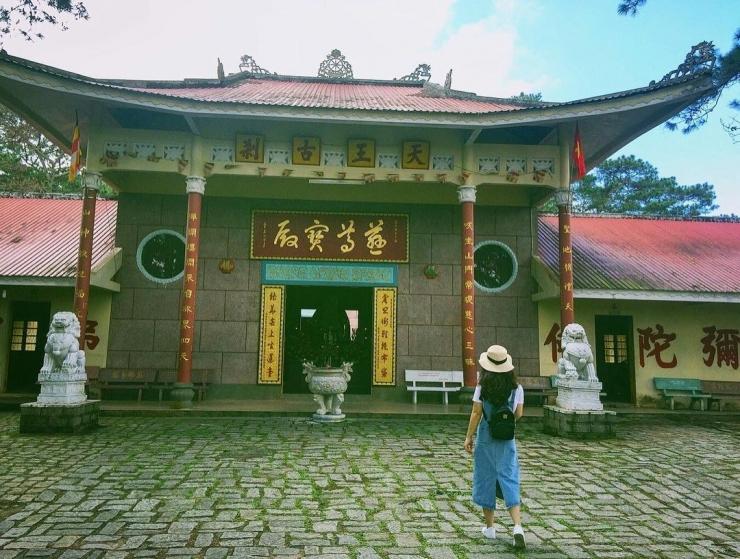 Phía trước chánh điện chùa Thiên vương Cổ sát
