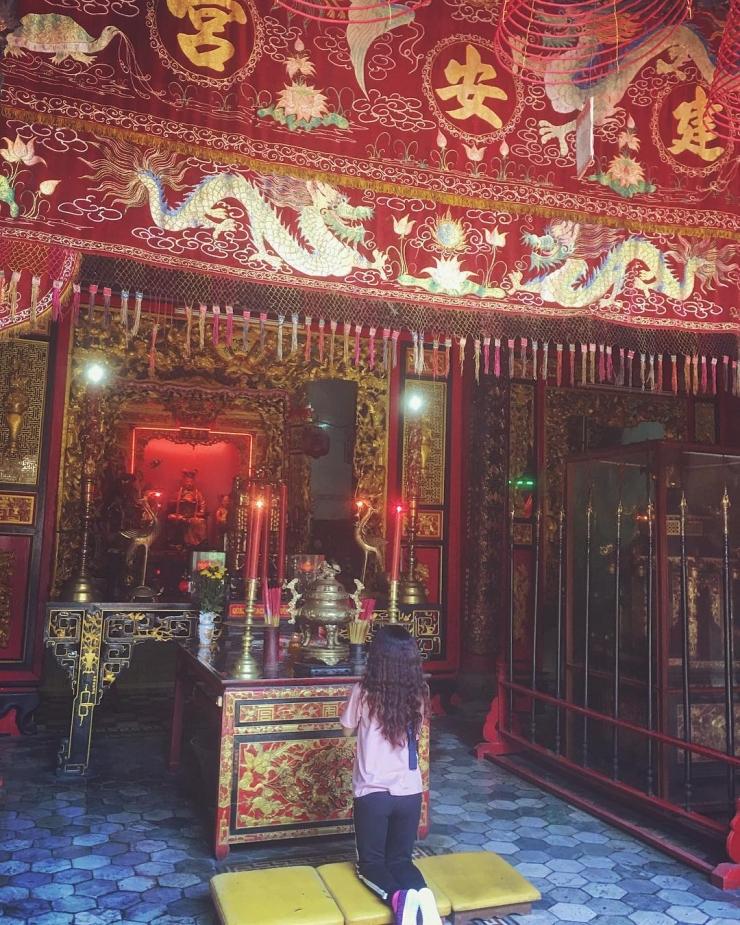 Khách du lịch đến tham quan và thắp hương tại Chùa Thiên Vương Cổ Sát