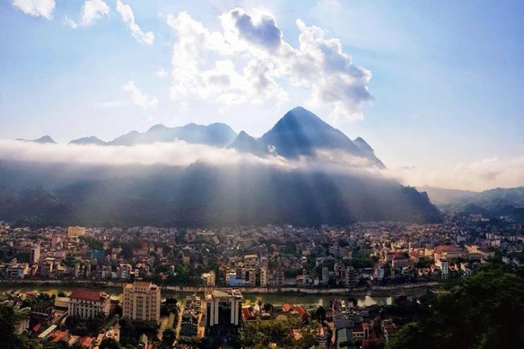 Đứng từ núi Cấm Sơn có thể nhìn thấy toàn cảnh thành phố Hà Giang
