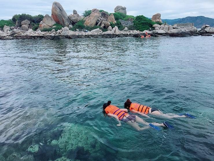 Tắm biển trên Bình Ba