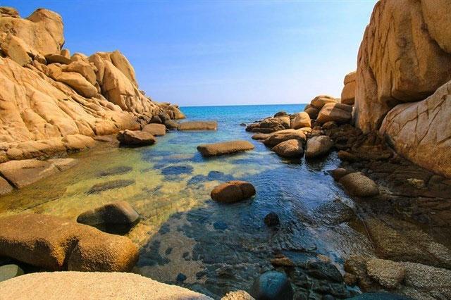 Bạn cũng có thể ngâm mình thư giãn ở những khe đá giống như thế này