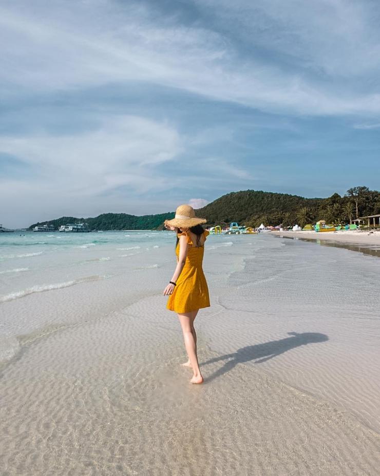 Bãi cát trắng tinh như khoác lên mình chiếc áo mềm mại làm xiêu lòng giới trẻ