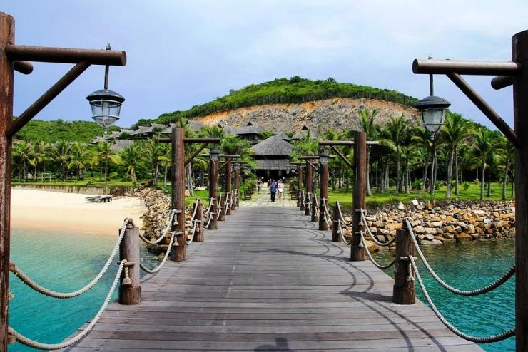 Cây cầu nối dài ra biển ở Hòn Tằm Nha Trang