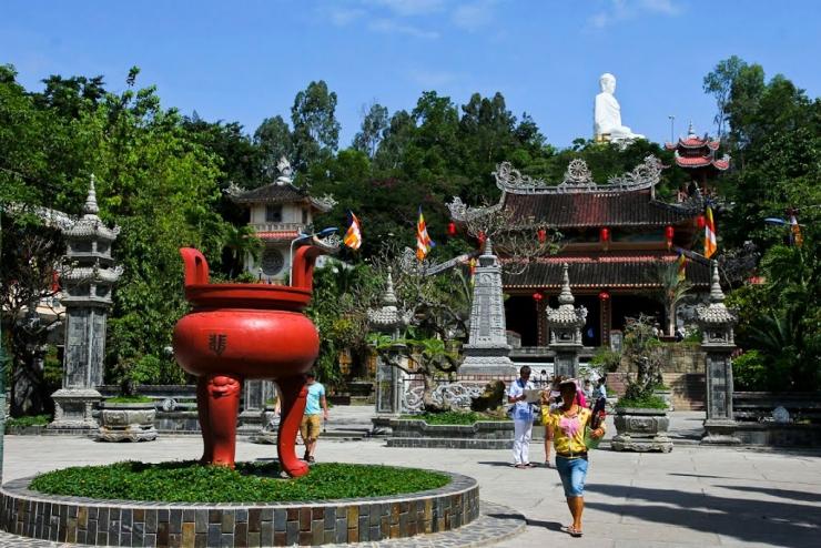 Lu hương giữa khuôn viên chùa Long Sơn