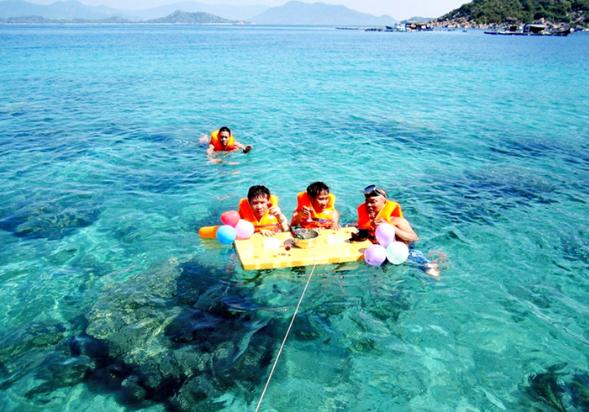 Tắm biển ở hòn Mun Nha Trang