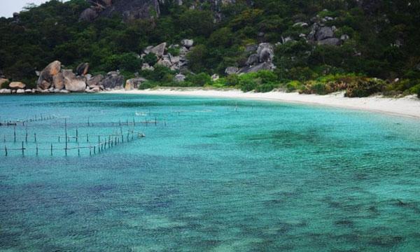 Nước biển Bình Ba trong xanh như màu ngọc bích
