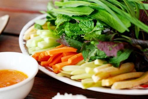 Có rất nhiều loại rau sống ăn kèm với món nem nướng Ninh Hoà