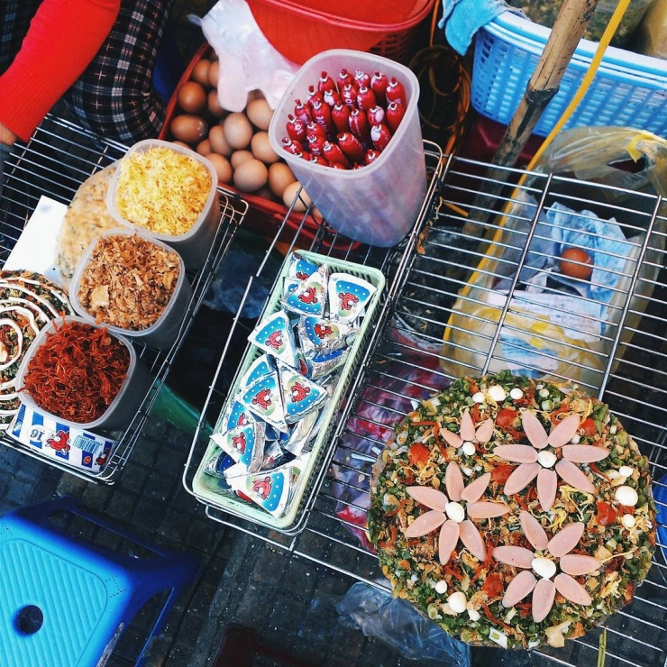 Quầy nướng bánh tráng quen thuộc ở Đà Lạt