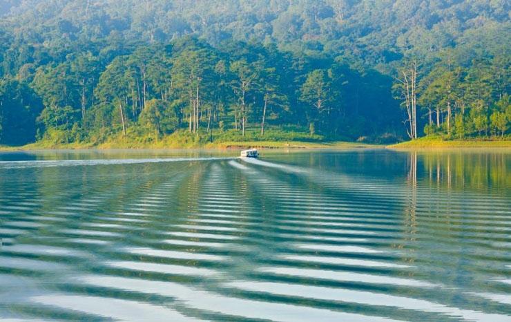 Hồ Tuyền Lâm được tạo nên bởi dòng sông Tía trong vắt