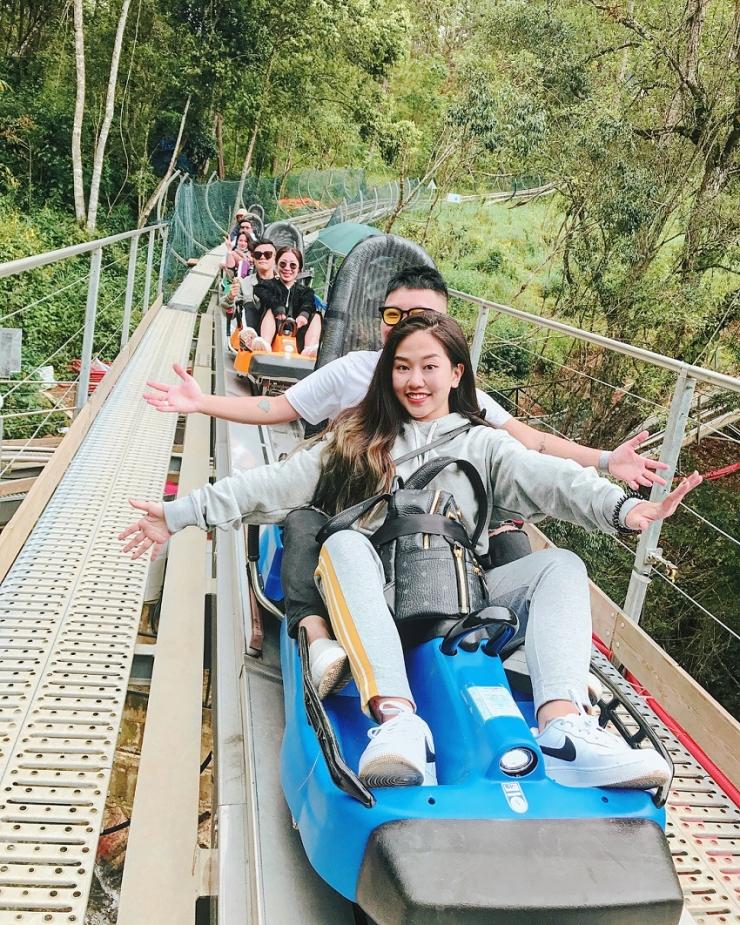 Mọi người tỏ ra hào hứng và thích thú với trò trượt máng tại thác Datanla