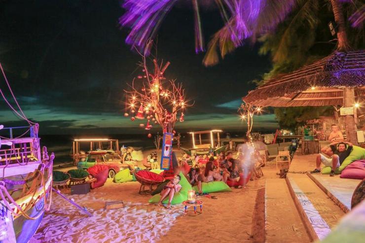 Thư giãn và cùng nhau thưởng thức âm nhạc trên bãi biển Coco Beach Camp Bình Thuận