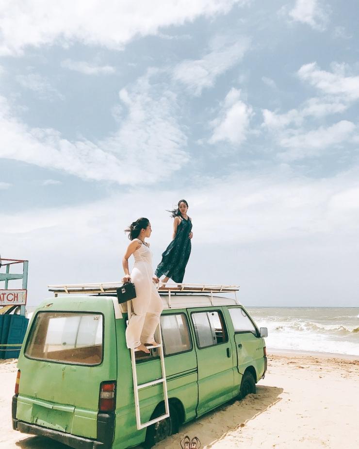 Chụp hình với những đồ vật được bày trí trên bãi biển Coco Beach