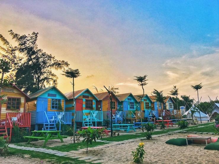 Những căn nhà gỗ đủ màu sắc được trang trí bên bờ biển Coco Beach