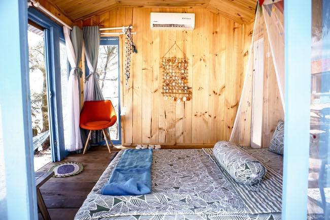 Phòng ngủ siêu dễ thương trong khu villa ở Coco Beach Camp Bình Thuận
