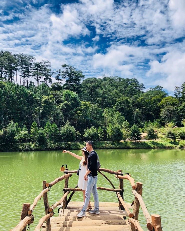 Hồ nước trong xanh cùng cây cối xung quanh tạo nên vẻ đẹp thơ mộng, hữu tình