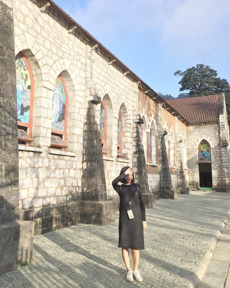 Chụp hình tại nhà thờ đá Sapa
