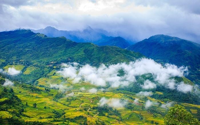Sương mù vương vấn trên những triền núi