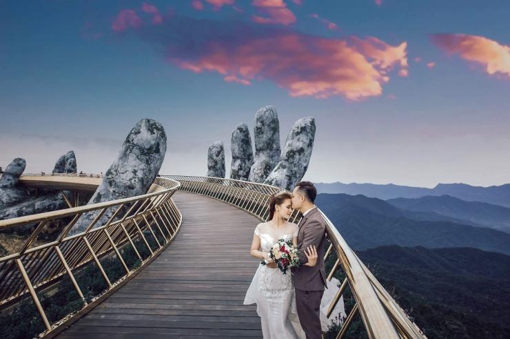 Nhiều cặp đôi chọn cây Cầu Vàng làm nơi thực hiện bộ hình cưới