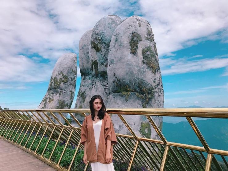 Chụp hình với bàn tay khổng lồ trên cây cầu vàng Đà Nẵng
