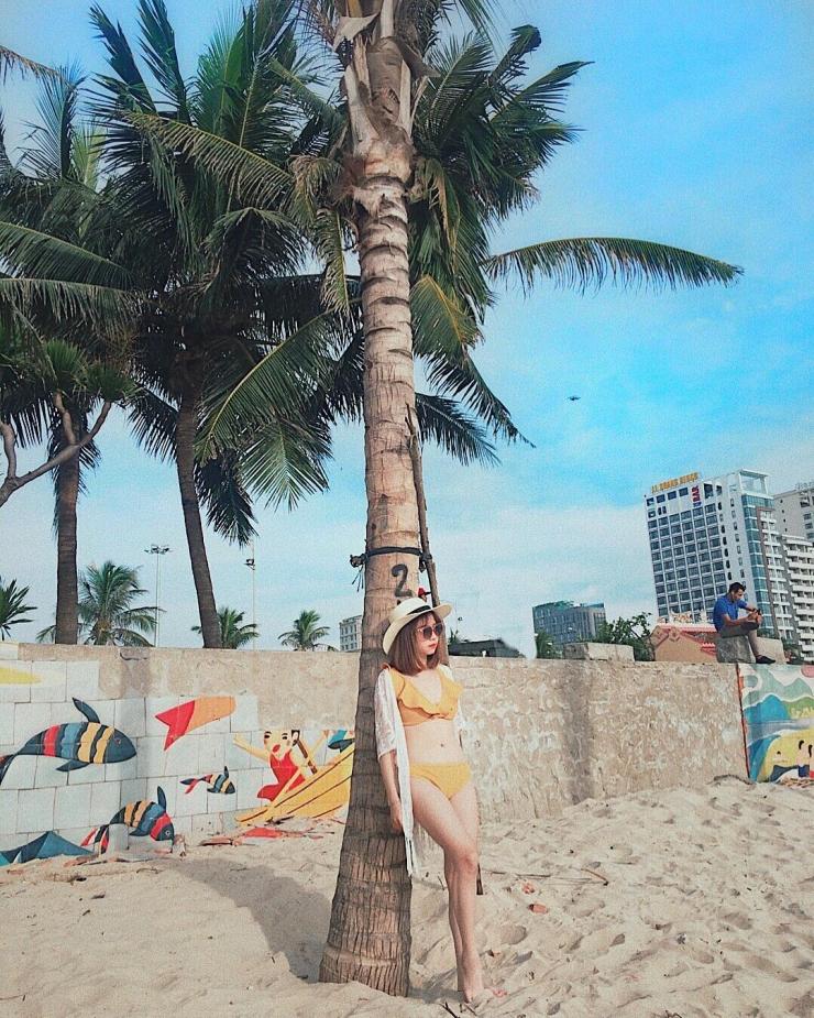 Chụp hình trên bãi biển Mỹ Khê Đà Nẵng