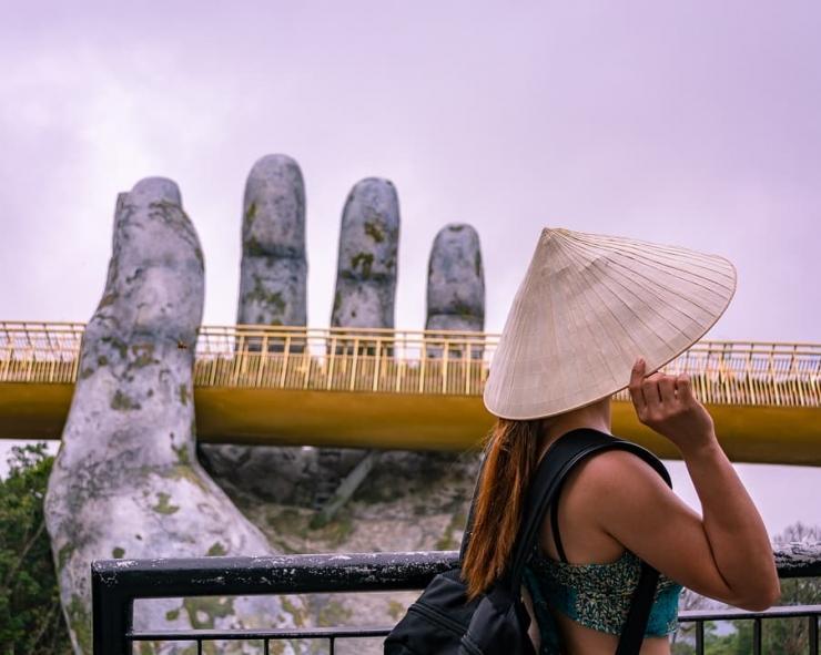 Chụp hình tại cây Cầu Vàng Đà Nẵng