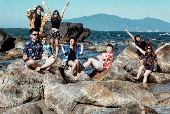 Các bạn trẻ chụp hình bên bãi rạn Nam Ô Đà Nẵng