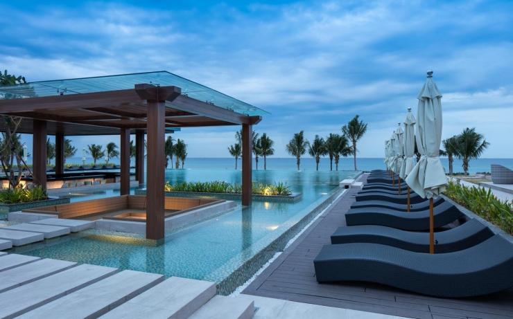 Không gian hồ bơi tại FLC Quy Nhơn Beach and Golf Resort