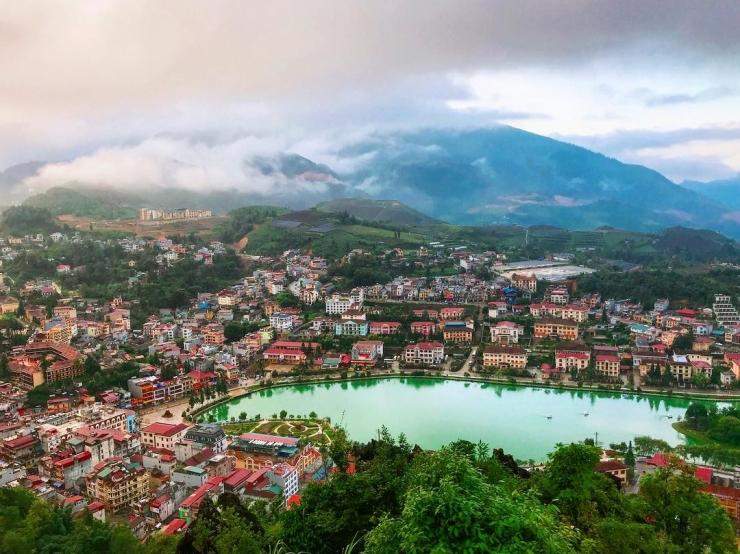 Đứng trên đỉnh núi Hàm Rồng, chúng ta được ngắm toàn cảnh Sapa, thung lũng Mường Hoa, Sa Pả, Tả Phìn ẩn hiện trong sương khói