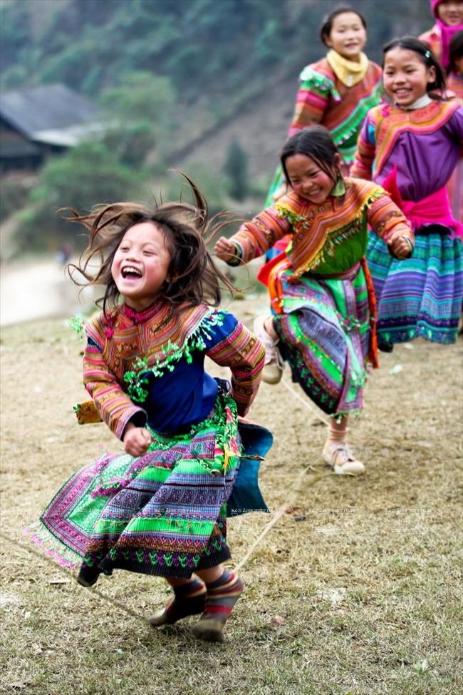 Các bé gái thì chơi trò nhảy dây