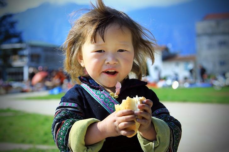 Được ăn một ổ bánh mì cũng là một niềm vui không hề nhỏ của các em