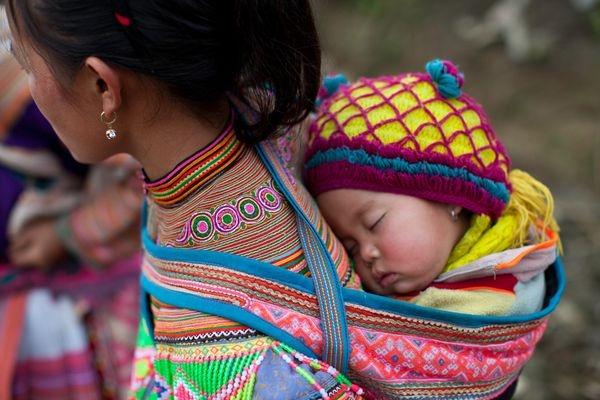 Mẹ địu em trên lưng - Bức ảnh đẹp về trẻ em vùng cao