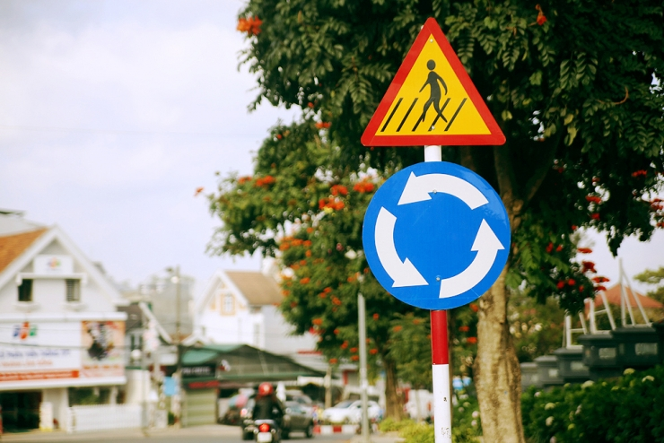 Những biển báo nơi giao nhau chạy theo vòng xuyến thay thế cho tất cả cột đèn giao thông ở Đà Lạt