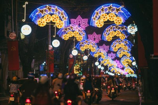 Đường phố Sài Gòn đèn hoa lộng lẫy trong dịp Tết