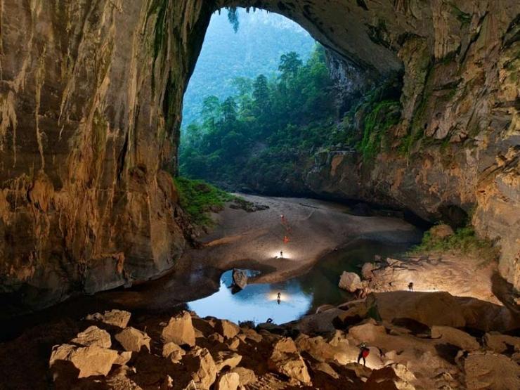 Trước cửa miệng hang lớn nhất thế giới