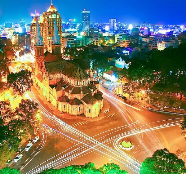 Nhà thờ Đức Bà về đêm - Một điểm đến quen thuộc của khách nước ngoài khi đến Sài Gòn