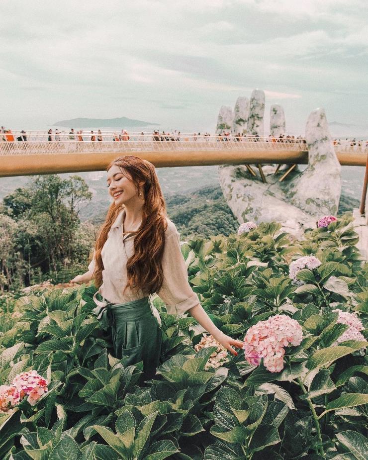 Chụp hình với cây cầu vàng nổi tiếng tại Đà Nẵng