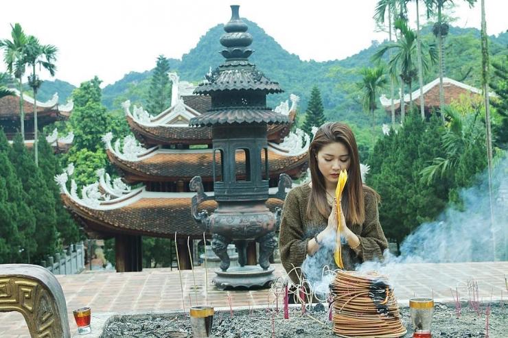 Du khách cúng viếng tại chùa Hương - điểm du lịch nổi tiếng vào dịp Tết Nguyên Đán