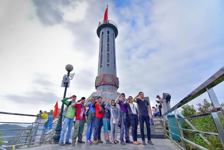 Chụp hình tại cột cờ Lũng Cú Hà Giang