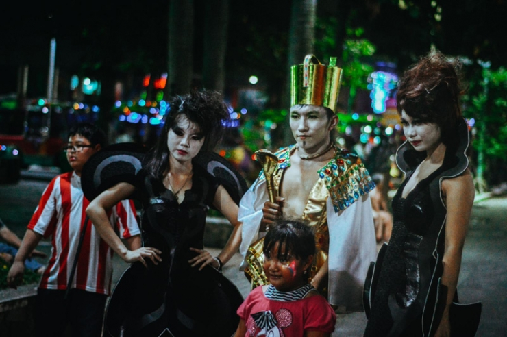 Tham gia hóa trang tại công viên Đầm Sen