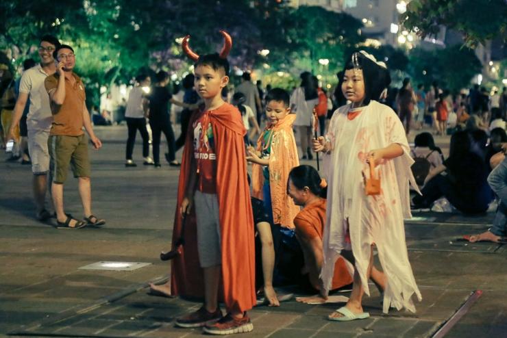 Trẻ em háo hức khi được tham gia vào lễ hội hóa trang trên phố đi bộ Nguyễn Huệ