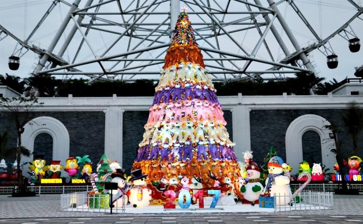 Cây thông Noel được trang trí khá ấn tượng và đẹp mắt