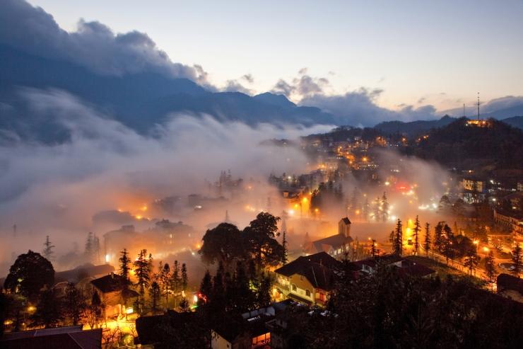 Đèn rực rỡ giăng khắp các lối đi - Sapa quả là điểm đón Noel lí tưởng ở Việt Nam