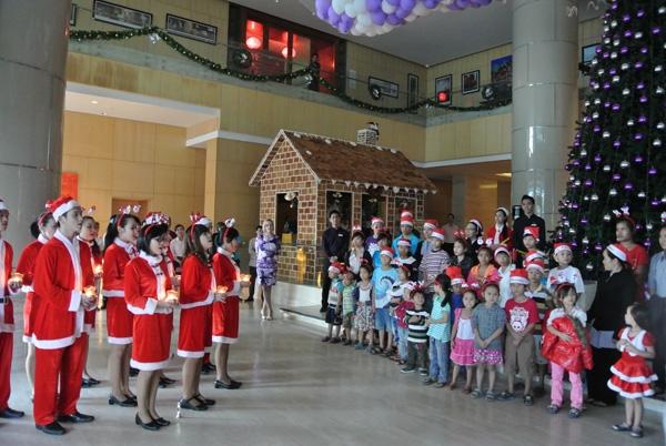 Mọi người cùng tham gia vào buổi tiệc Giáng sinh