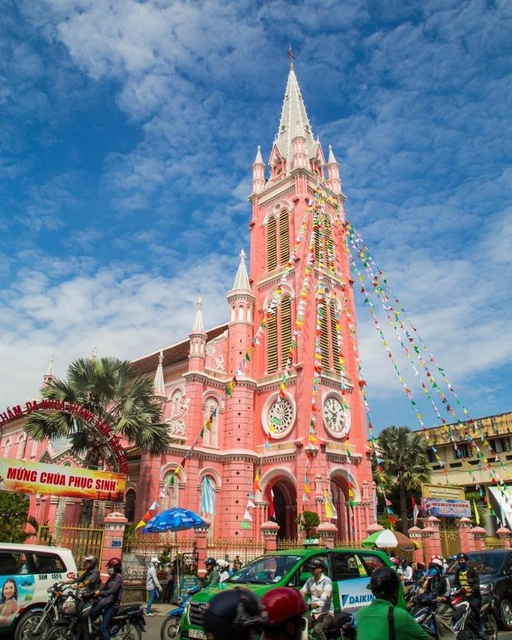 Nhà thờ Tân Định được trang hoàng bởi nhiều màu sắc