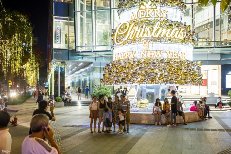 Cây thông Noel được trang trí lấp lánh tại các trung tâm thương mại