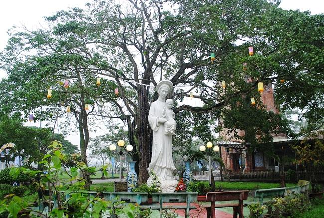 Khuôn viên thánh địa La Vang được trang trí đèn điện lung linh