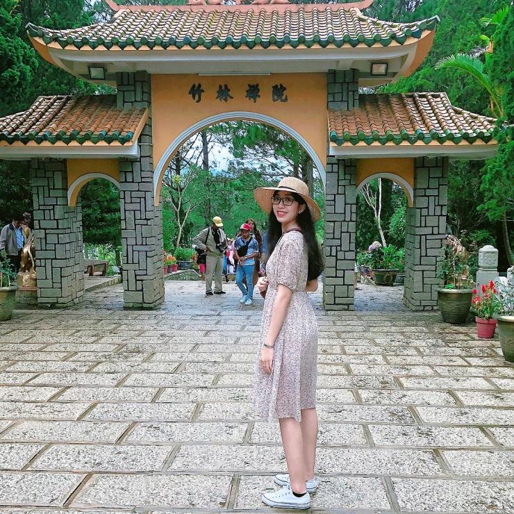 Chụp hình trước cổng thiền viện Trúc Lâm