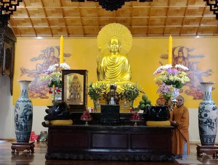 Tượng Phật thích ca Mâu ni bên trong chính điện